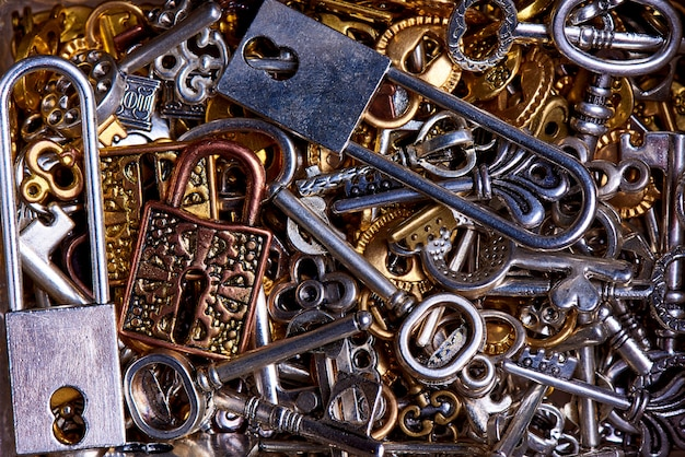 Set di chiavi d'epoca e serrature close-up.