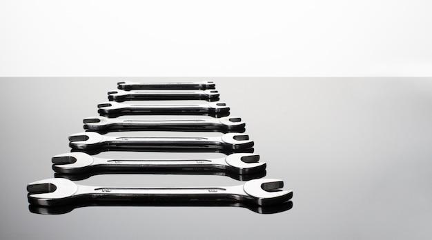 Set di chiavi su uno sfondo grigio. superficie a specchio. visualizza su un piano. copia spazio.