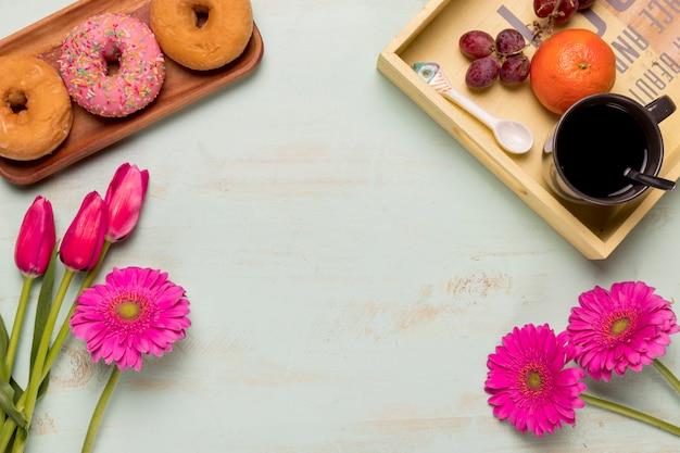 Set di colazione con mazzi di fiori
