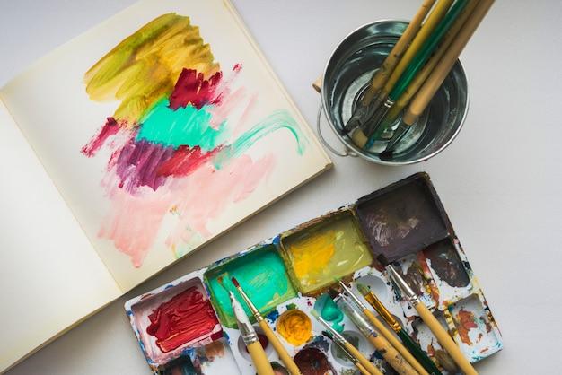Set di colori acrilici, pennelli per dipingere