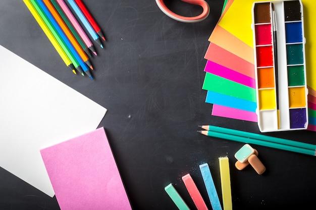 Set di colori ad acquerello con pennelli e foglio di carta