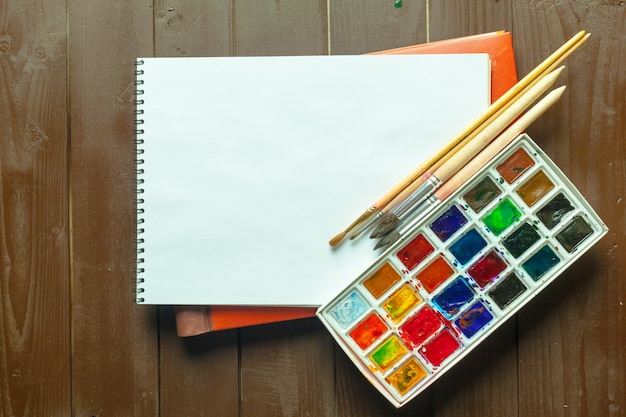 Set di colori ad acquerello e pennelli per la pittura