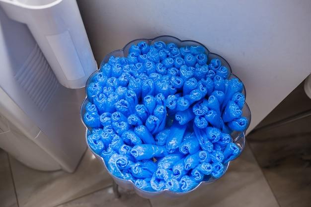Set di copriscarpe blu usa e getta