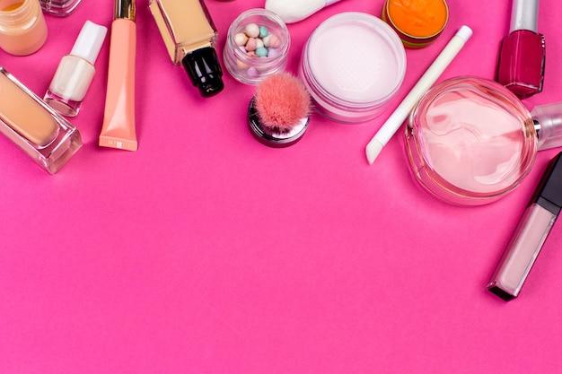 Set di cosmetici colorati su sfondo rosa tavolo
