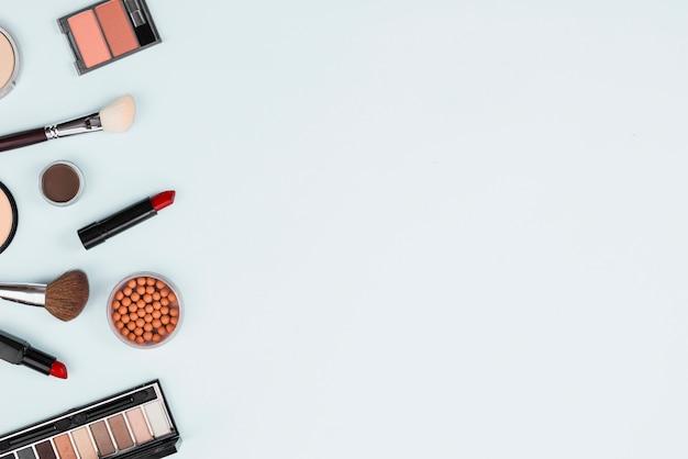 Set di cosmetici decorativi di trucco su sfondo chiaro