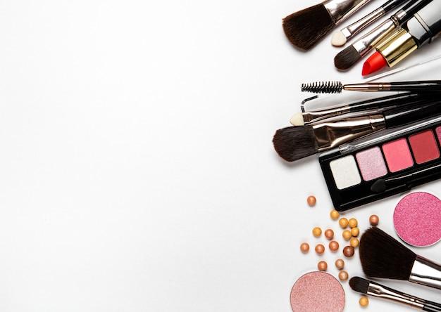 Set di cosmetici decorativi, prodotti di bellezza su sfondo bianco, vista dall'alto