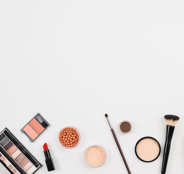 Set di cosmetici decorativi su sfondo bianco