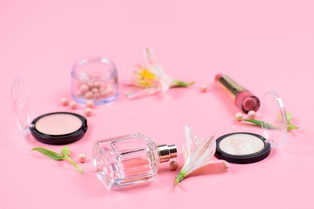 Set di cosmetici decorativi su sfondo rosa