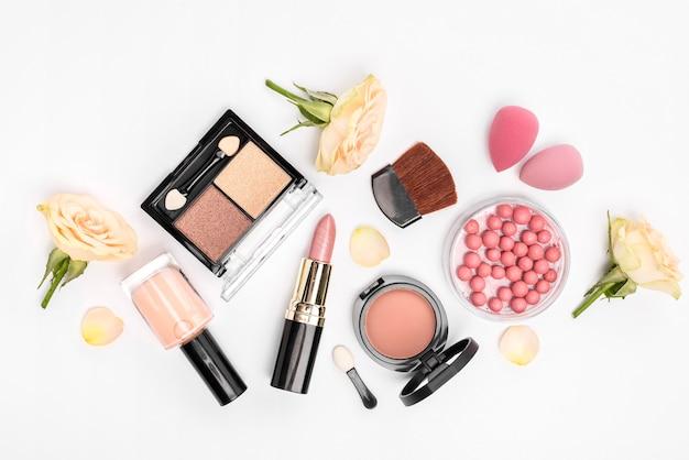 Set di cosmetici diversi su sfondo bianco