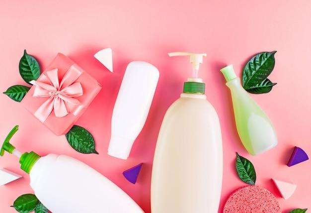 Set di cosmetici per il corpo sullo sfondo di corallo.