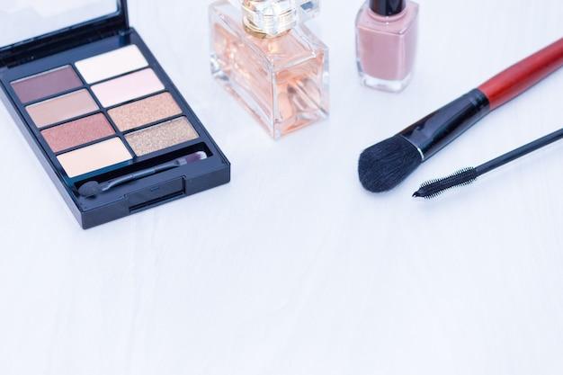Set di cosmetici per il trucco (pennelli, ombre). trucco elementi essenziali nudi