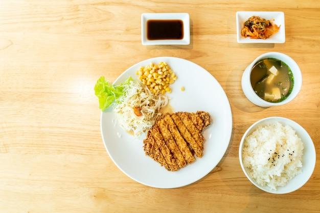 Set di cotoletta di maiale fritto (tonkatsu)