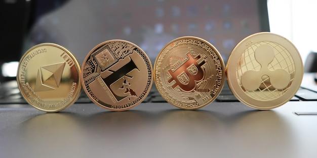 Set di criptovalute con bitcoin dorato, etherium, ripple, neo, litecoin