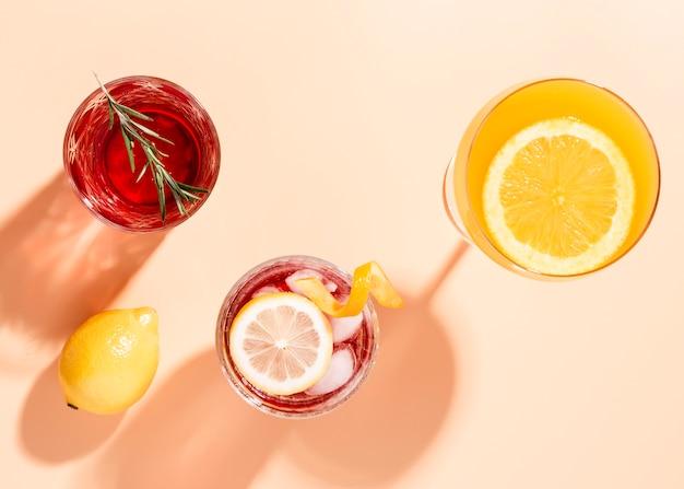 Set di deliziosi drink in posizione piatta