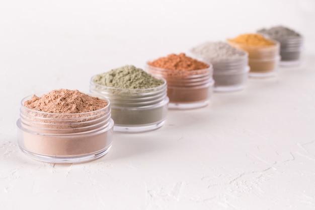 Set di diverse polveri di fango cosmetico argilla