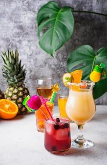 Set di diversi cocktail estivi