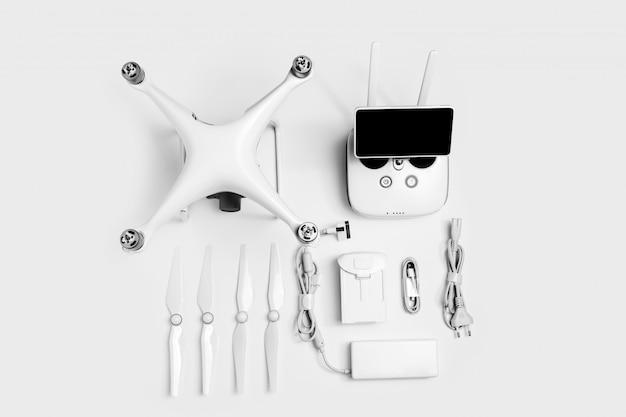 Set di drone quadcopter per hobby isolato su sfondo bianco