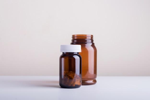 Set di flaconi e medicine per integratori alimentari vuoti piccoli e grandi