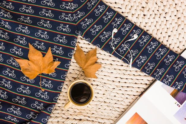 Set di foglie d'acero con usura e tazza