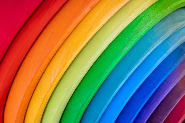 Set di giocattoli educativi per bambini in legno di colore impilabile color arcobaleno.