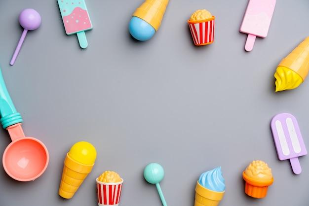 Set di giocattoli per bambini nel concetto di educazione creativa in piano laici
