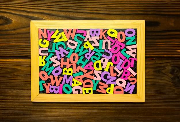 Set di giocattoli per studiare alfabeto. istruzione, ritorno al concetto di scuola.