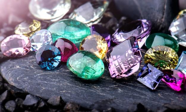 Set di gioielli da collezione di pietre preziose.