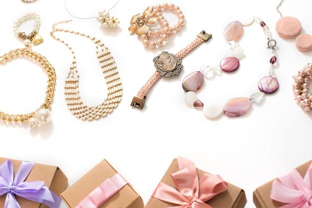 Set di gioielli da donna in stile vintage collana cameo orecchini a catena bracciale su sfondo bianco.