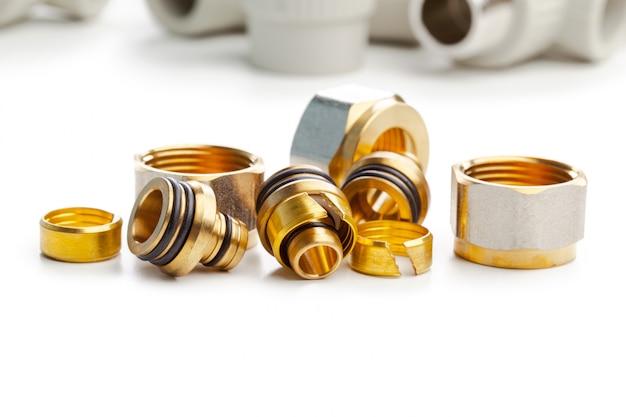 Set di giunti idraulici metallo-plastica, adattatori, spine isolati su sfondo bianco