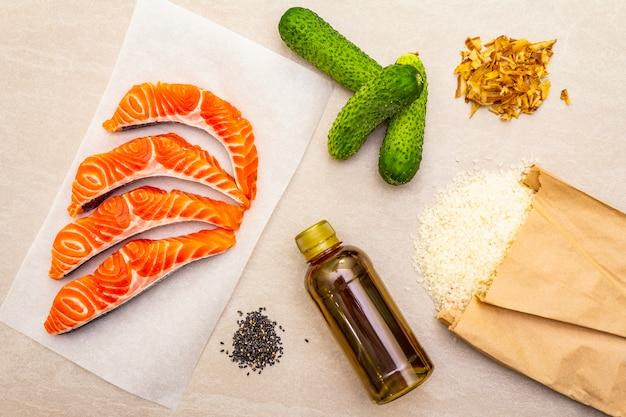 Set di ingredienti tradizionali per fare involtini giapponesi.