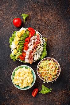 Set di insalate americane tradizionali.