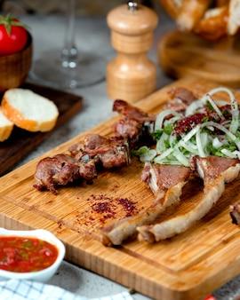 Set di kebab e cipolle affettate