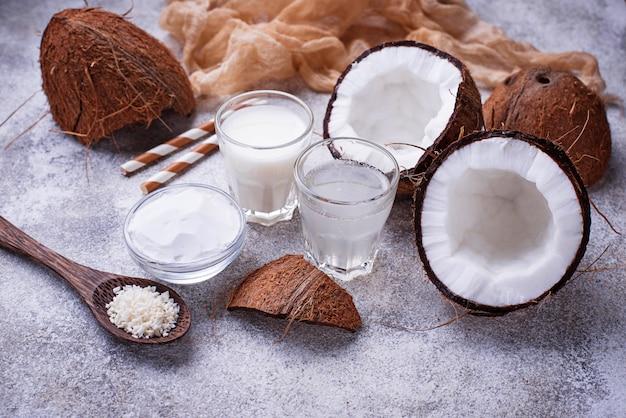 Set di latte di cocco, acqua, olio e trucioli.