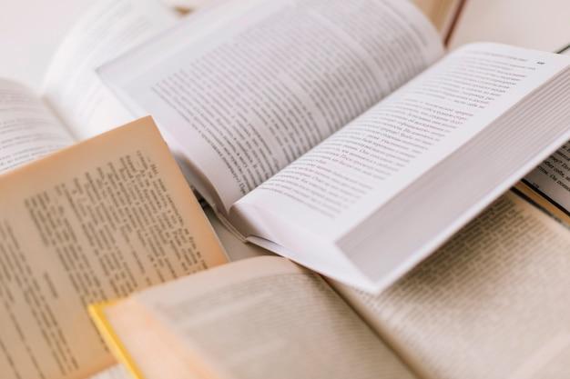 Set di libri aperti