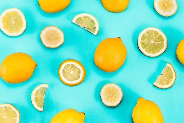 Set di limoni gialli su sfondo blu