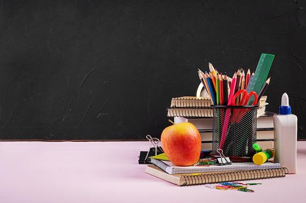 Set di materiale scolastico colorato, libri e quaderni. accessori di cancelleria.