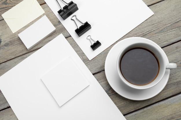Set di modello id, taccuino e tazza di caffè. pausa caffè