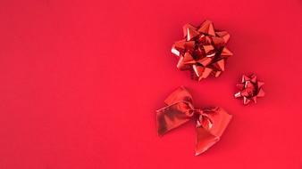 Set di nastro di raso rosso su sfondo luminoso