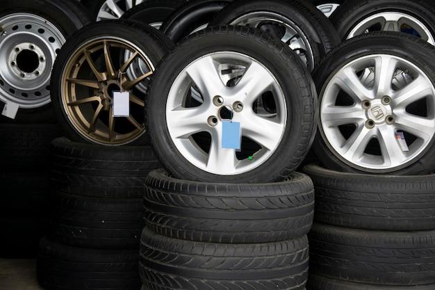 Set di nuovi pneumatici moderni in negozio. vendita di un pneumatico in negozio in background.