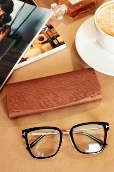 Set di occhiali, negozio di ottica, posa piatta blogger, concetto di donna d'affari.
