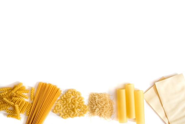 Set di pasta su uno sfondo bianco