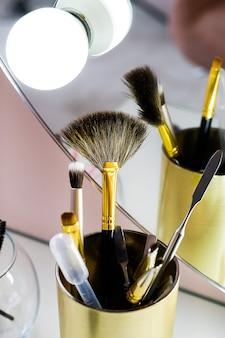 Set di pennelli del truccatore per trucco professionale nel salone di bellezza.