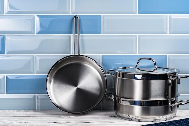 Set di pentole in alluminio sul bancone della cucina