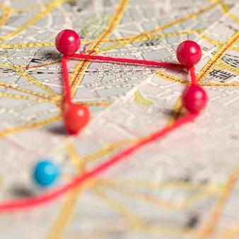 Set di perni di cancelleria e filo e mappa
