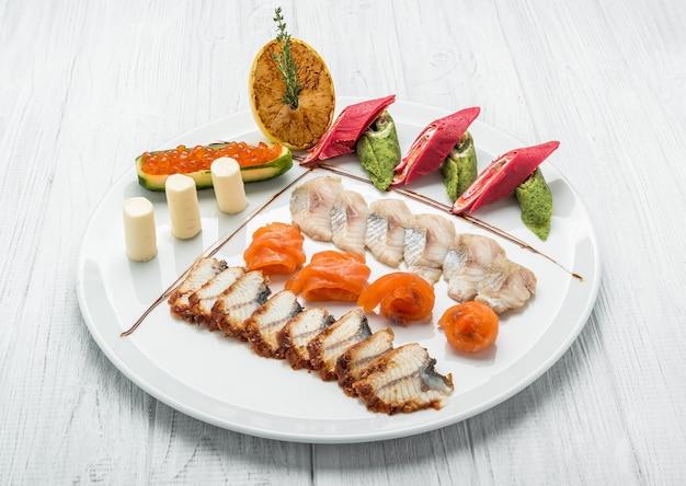 Set di pesce di caviale di salmone e diversi tipi di pesce