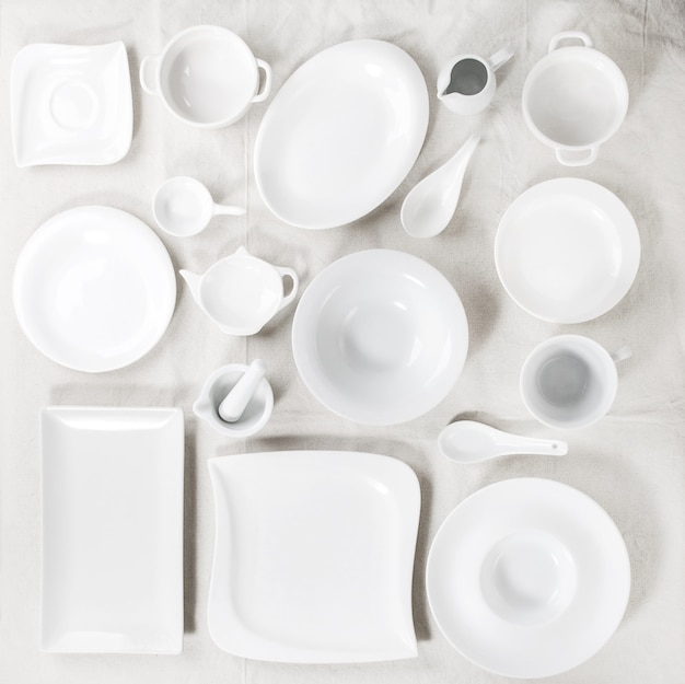 Set di piatti bianchi