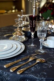 Set di piatti con forchetta, cucchiaio e coltello
