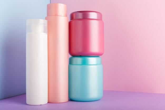 Set di prodotti cosmetici. barattolo di bottiglie di plastica blu bianco rosa per shampoo cosmetici, gel doccia.