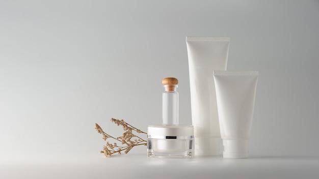 Set di prodotti cosmetici su sfondo bianco. etichetta in bianco cosmetica per il mock-up del marchio.