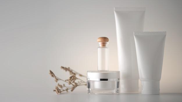 Set di prodotti cosmetici su sfondo bianco.